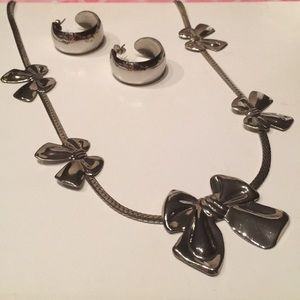 "🎈TUESDAY SALE🎈🎀 "" SILVER BOWS "" NECKLACE SET🎀"